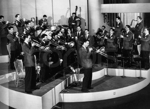 The Glenn Miller Orchestra in the late thirties. Uploaded by serenadeinblue.net.